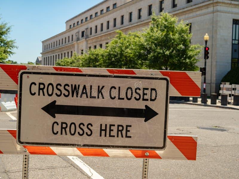 Uma faixa de travessia fechado, cruza aqui o sinal na frente da interseção imagens de stock royalty free