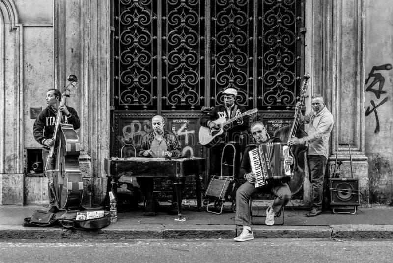 Uma faixa do músico da rua, foto tomada em maio de 2017 em Roma, Itália fotos de stock