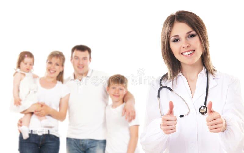 Uma família caucasiano nova e um doutor fêmea feliz imagens de stock royalty free
