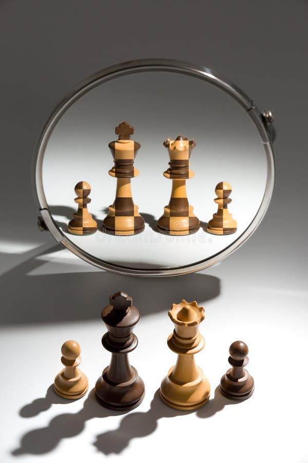 Uma família de pessoas preto e branco está olhando em um espelho para ver-se como uma família colorida preto e branco foto de stock royalty free