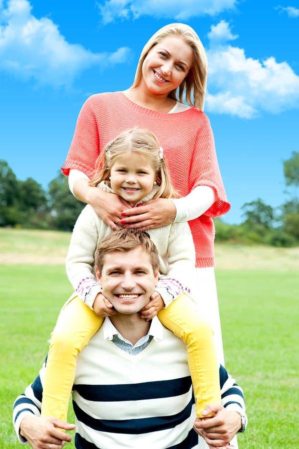 Uma família de sorriso feliz atrativa fotos de stock
