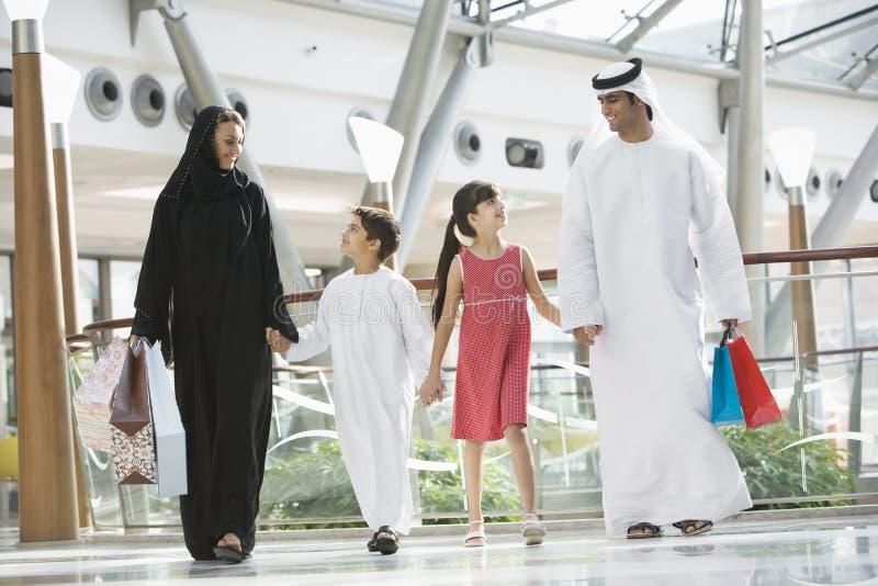 Uma família do Oriente Médio em uma alameda de compra fotografia de stock royalty free
