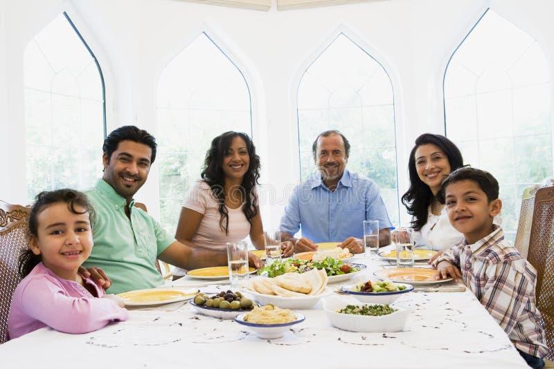 Uma família do Oriente Médio que aprecia uma refeição junto foto de stock