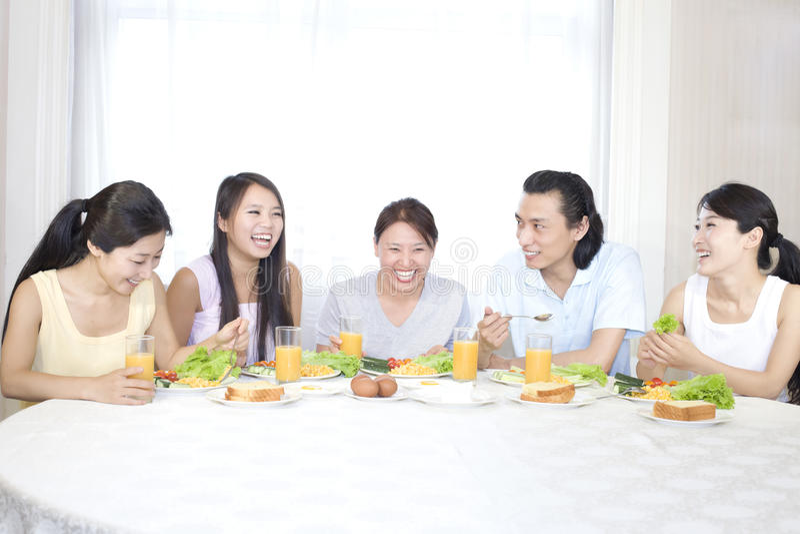 Uma família e um breakfirst felizes imagem de stock