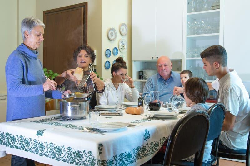 Uma família italiana tem o almoço com massa fotos de stock royalty free