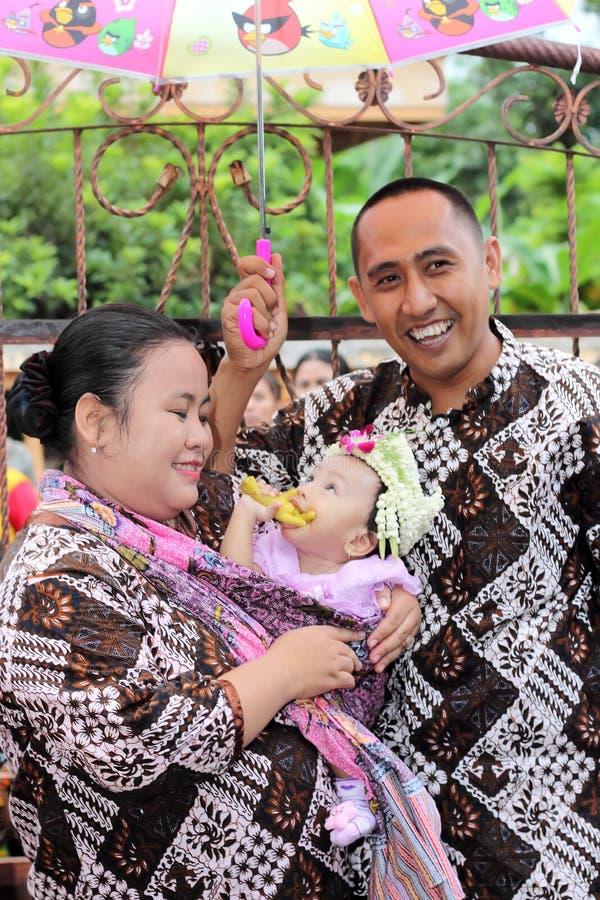 Uma família na celebração do nascimento de sua filha sete m fotos de stock royalty free