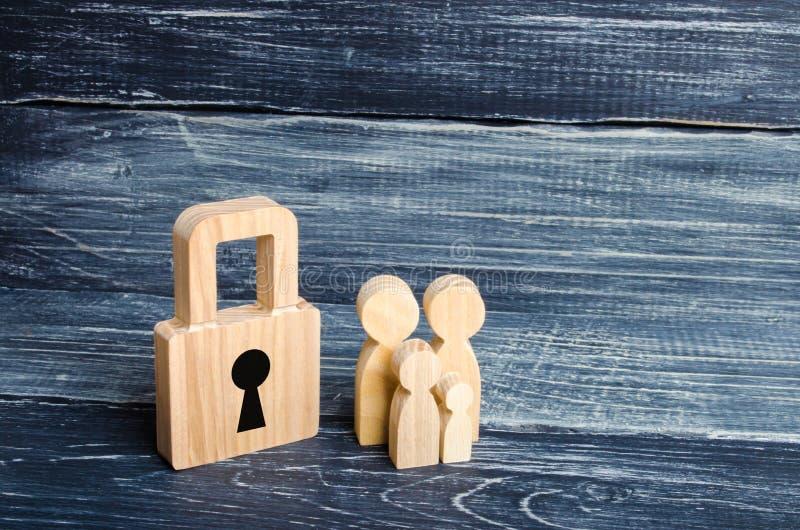 Uma família nova com crianças está estando perto de uma casa de madeira O conceito de uma família forte, a continuação da família fotos de stock