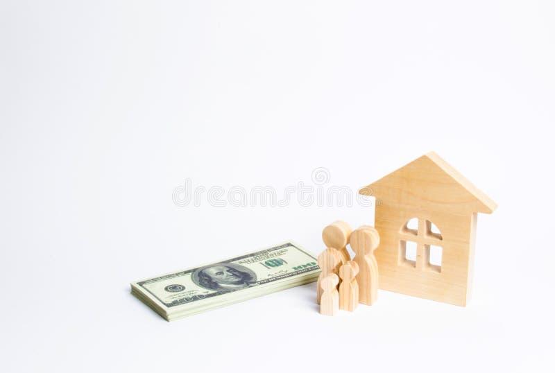 Uma família nova está perto de uma casa de madeira e com um pacote de dinheiro O conceito de uma família forte, a continuação imagem de stock royalty free