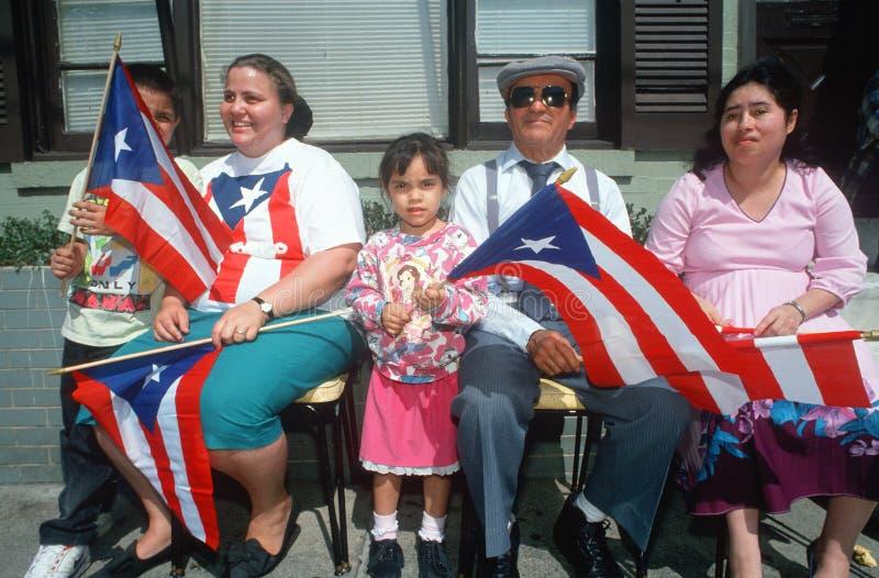 Uma família porto-riquenha com sua bandeira nacional imagens de stock