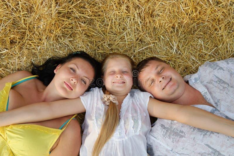 Uma família, um pai, uma matriz e uma filha novos fotografia de stock royalty free