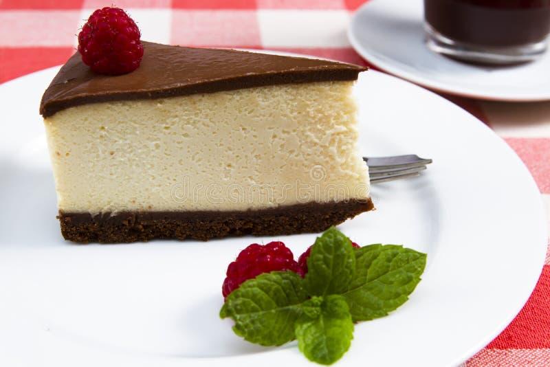 Uma fatia de bolo de queijo do chocolate fotografia de stock royalty free