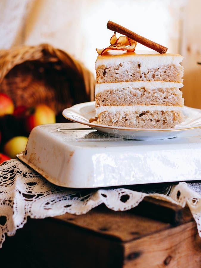 Uma fatia de bolo de maçã do outono fotos de stock royalty free