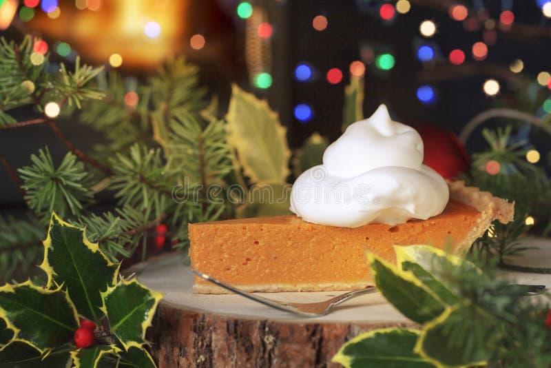 Uma fatia de tarte de abóbora coberta com chantiliy imagens de stock royalty free