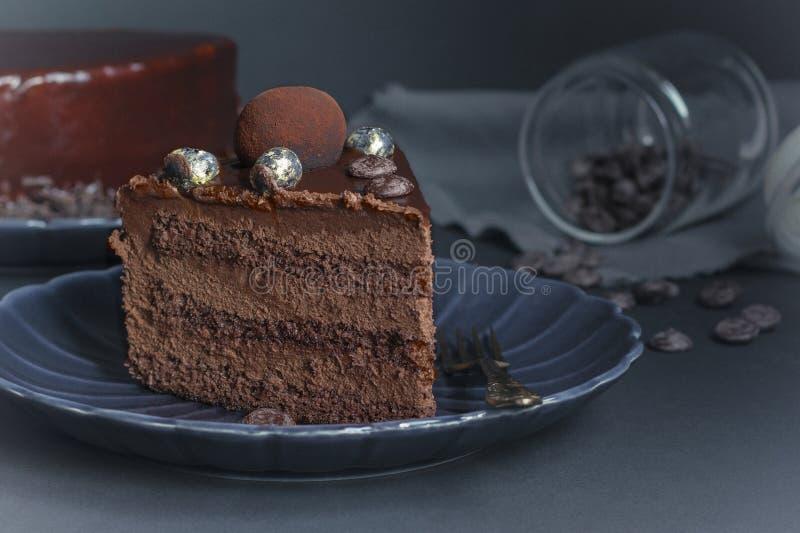 Uma fatia do bolo da brownie do chocolate, sobremesa com as porcas no fundo escuro imagens de stock royalty free