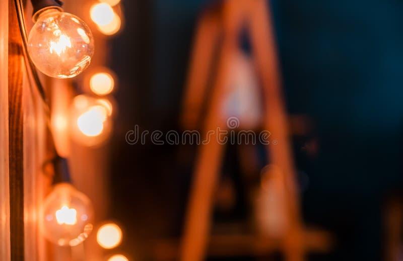 Uma festão de ampolas em um fundo de madeira imagem de stock