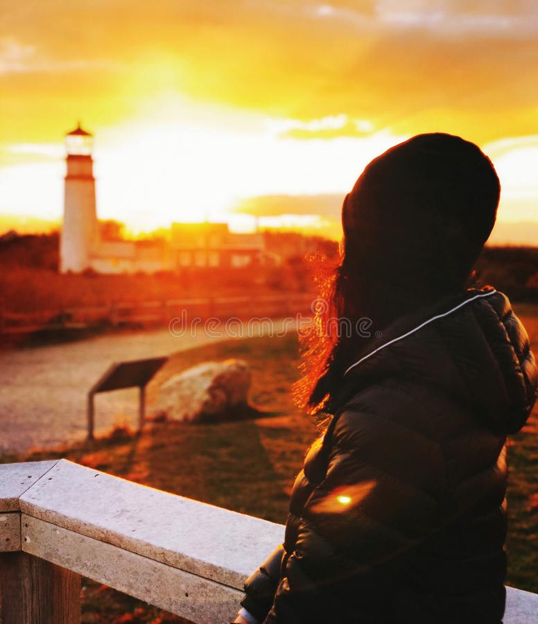 Uma figura da mulher pela luz das montanhas fotografia de stock
