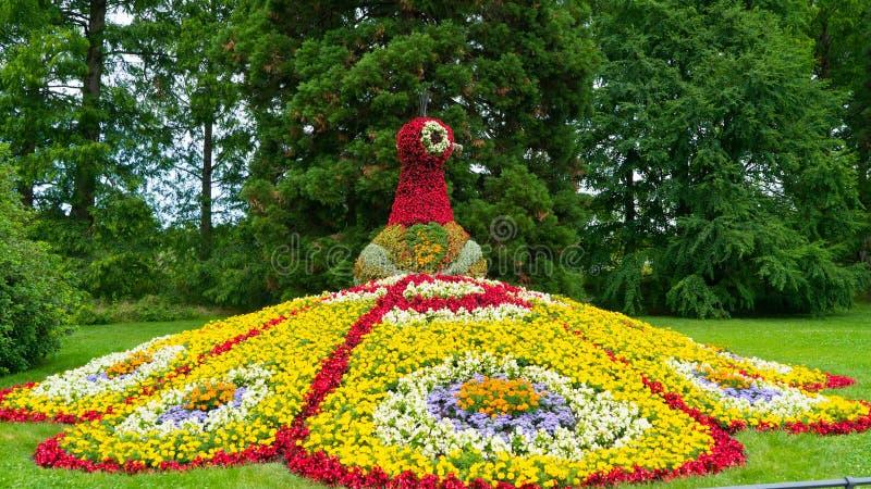 Uma figura floral colorida de um fogo do ` s do pássaro na ilha de Mainau foto de stock royalty free