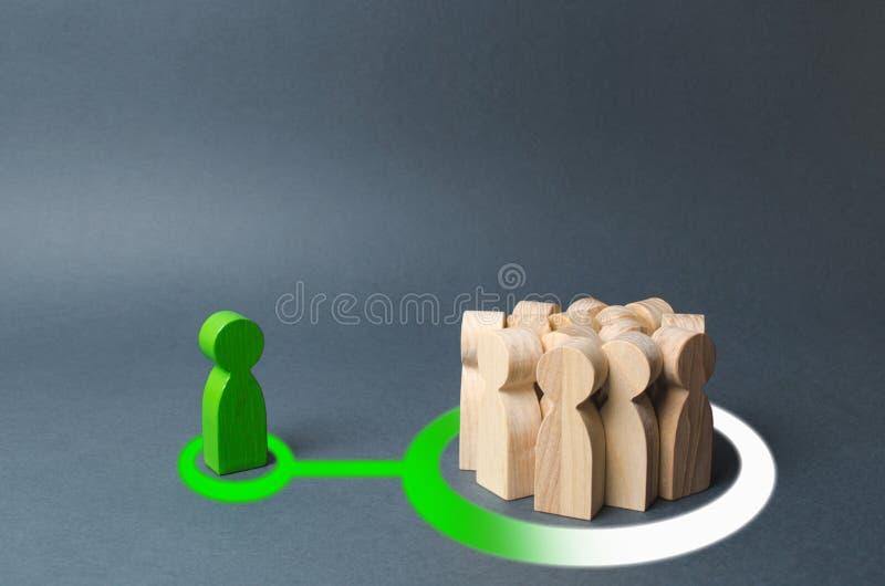 Uma figura humana verde influencia uma multidão de povos apresentação de uma ideia ou de um pensamento novo e povos trazer a seu  fotos de stock