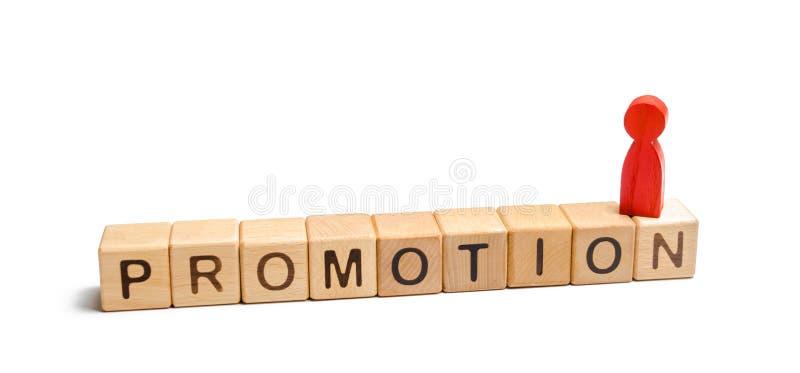Uma figura vermelha de uma posição do homem nos dados com a promoção das palavras conceito do sucesso e da melhoria no trabalho,  fotografia de stock royalty free