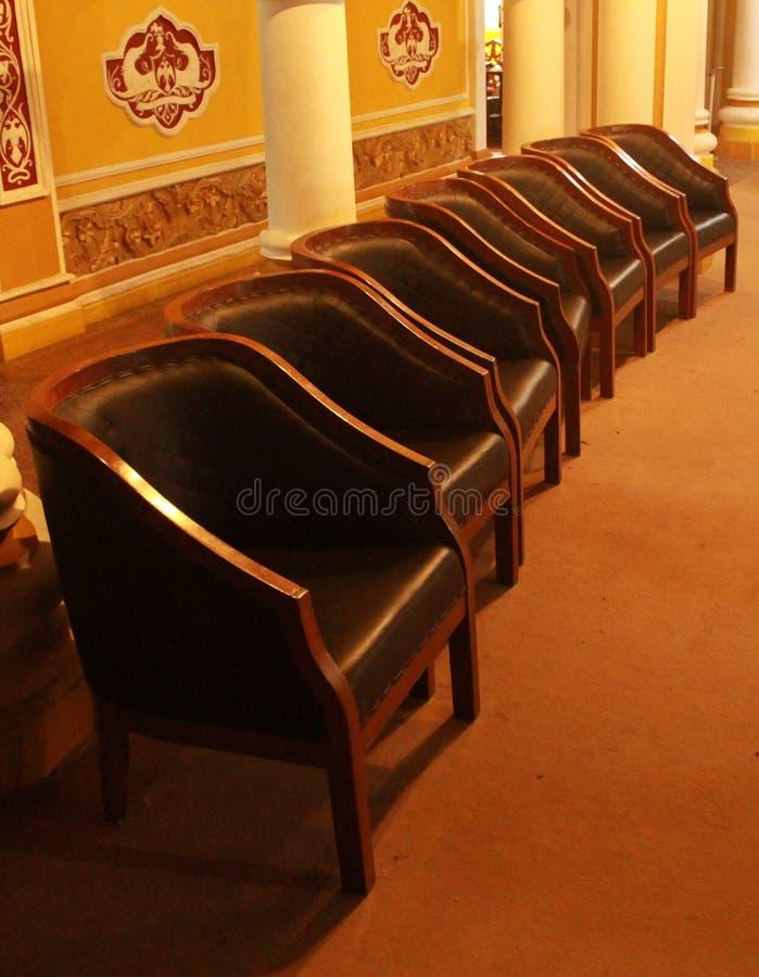 Uma fileira da cadeira do estilo do vintage no palácio de bangalore foto de stock royalty free