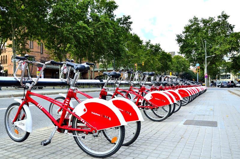 Uma fileira das bicicletas em Barcelona, Espanha foto de stock royalty free