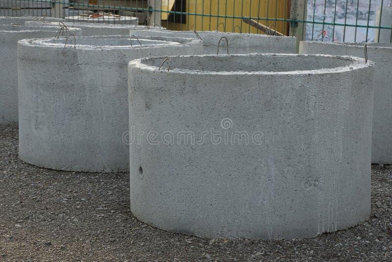 Uma fileira de anéis concretos cinzentos industriais está foto de stock