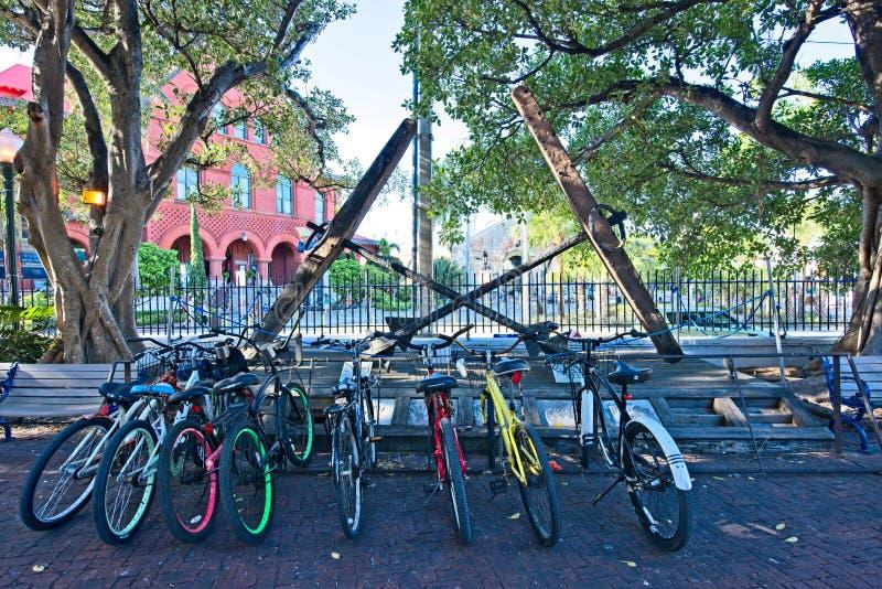 Uma fileira de bicicletas coloridas senta-se na borda da estrada em Key West, Florida fotos de stock