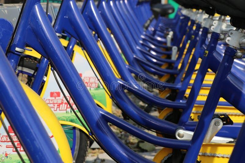Uma fileira de bicicletas compartilhadas foto de stock