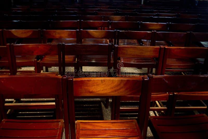 Uma fileira de cadeiras em uma igreja fotografia de stock royalty free