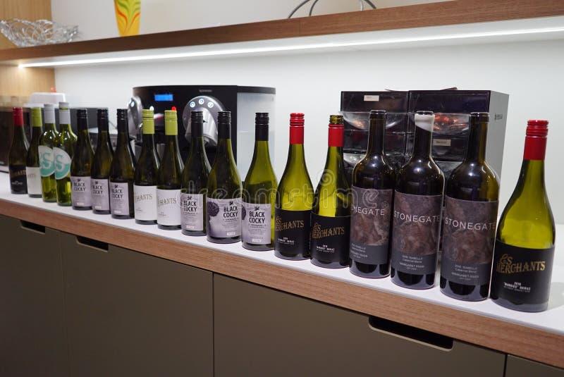 Uma fileira de garrafas de vinho vazias fotografia de stock royalty free