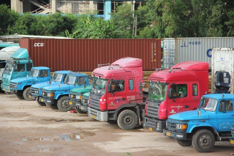 Uma fileira de grandes caminhões do recipiente no porto do shekou de SHENZHEN foto de stock