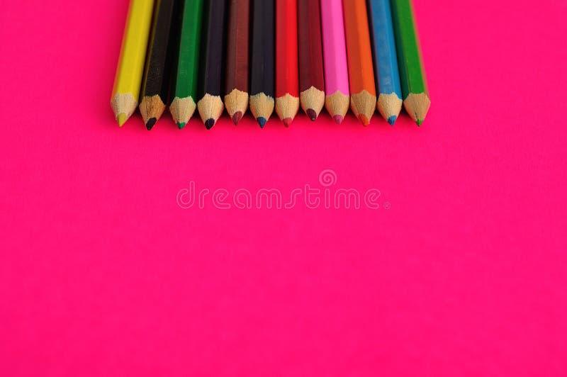 Uma fileira de lápis coloridos da coloração imagens de stock royalty free