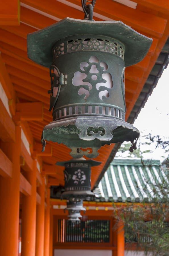 Uma fileira de lanternas decorativas do metal no santuário de Heian Jingu em Kyot fotos de stock royalty free