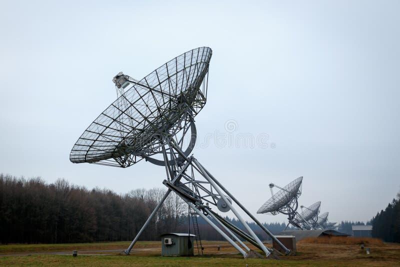 Uma fileira de pratos do telescópio de rádio imagem de stock