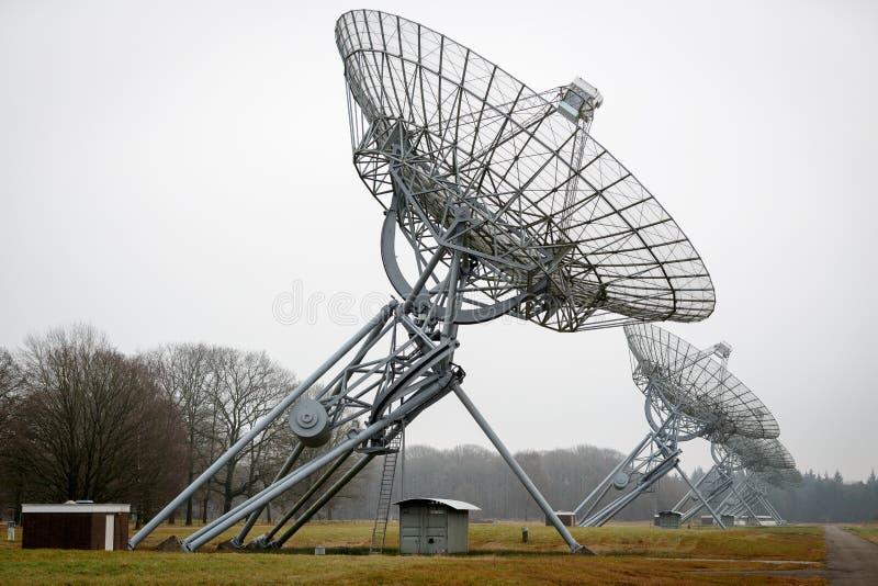 Uma fileira de pratos do telescópio de rádio fotos de stock