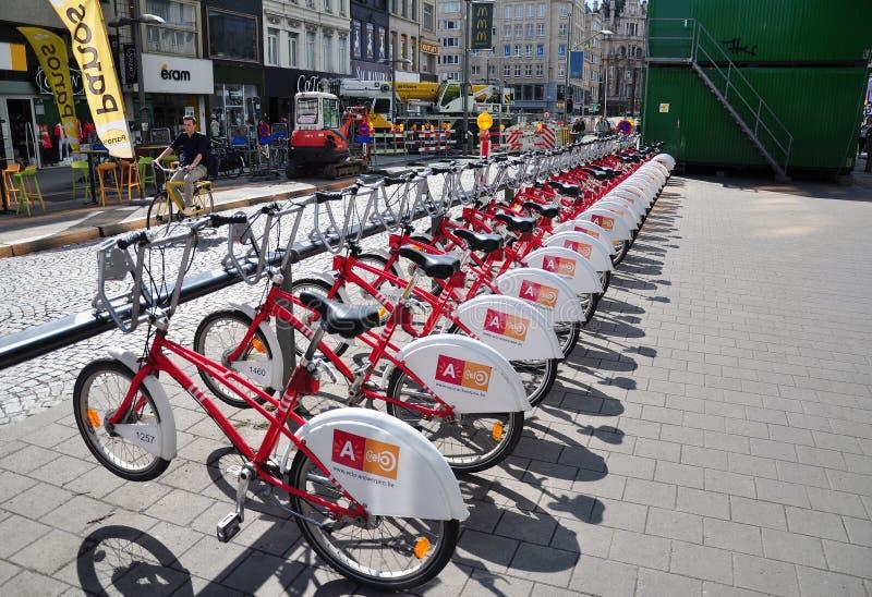 Uma fileira de Velo bicycles para o aluguer na cidade de Antuérpia imagens de stock royalty free