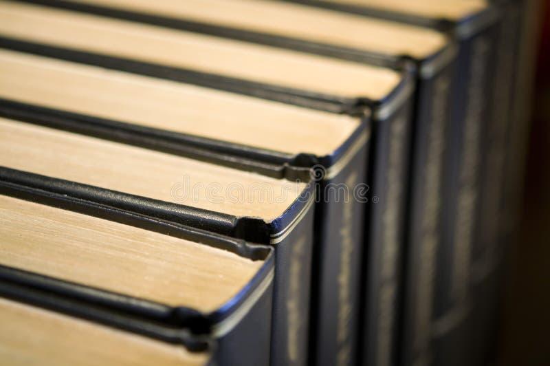 Uma fileira dos livros encadernados de couro fotos de stock royalty free