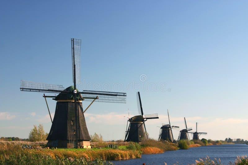 Uma fileira dos moinhos de vento fotografia de stock