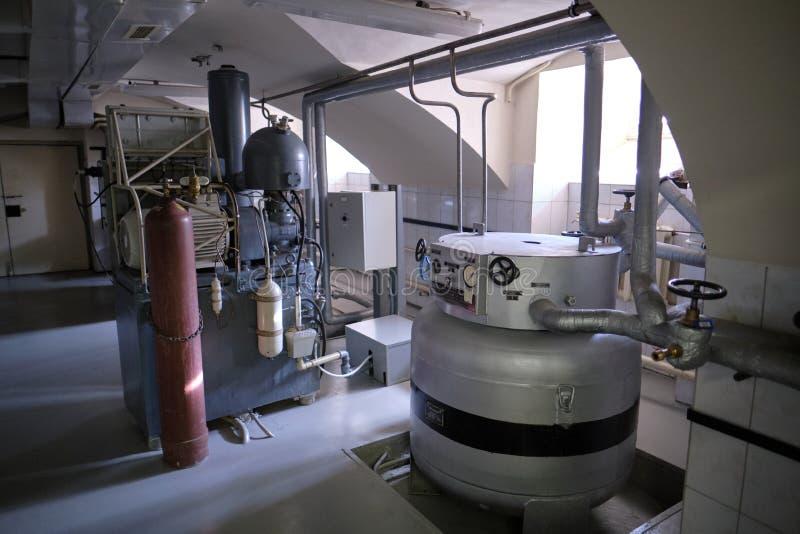 Uma fileira dos recipientes para armazenar sementes da planta para a produção e a reprodução Sala especial Cryobank foto de stock