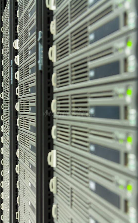 Uma fileira dos server em um datacenter imagem de stock