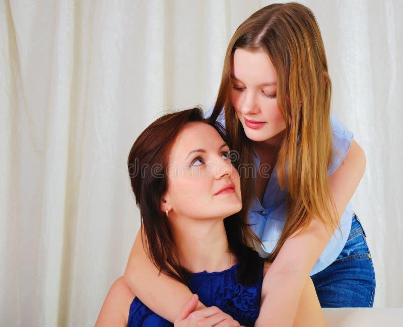Uma filha adolescente nova com uma matriz imagem de stock