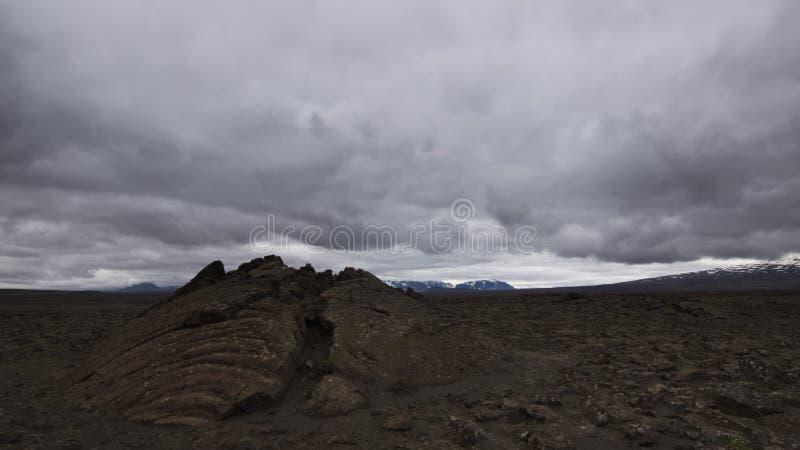 Uma fissura em um campo de lava islândia foto de stock royalty free