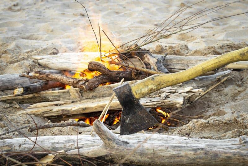 Uma fogueira na areia fotos de stock