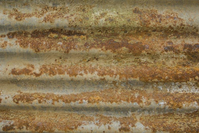 Uma folha de metal oxidada oxidação profunda no metal oxidação amarelo-marrom em uma superfície metálica cinzenta Linhas horizont fotos de stock