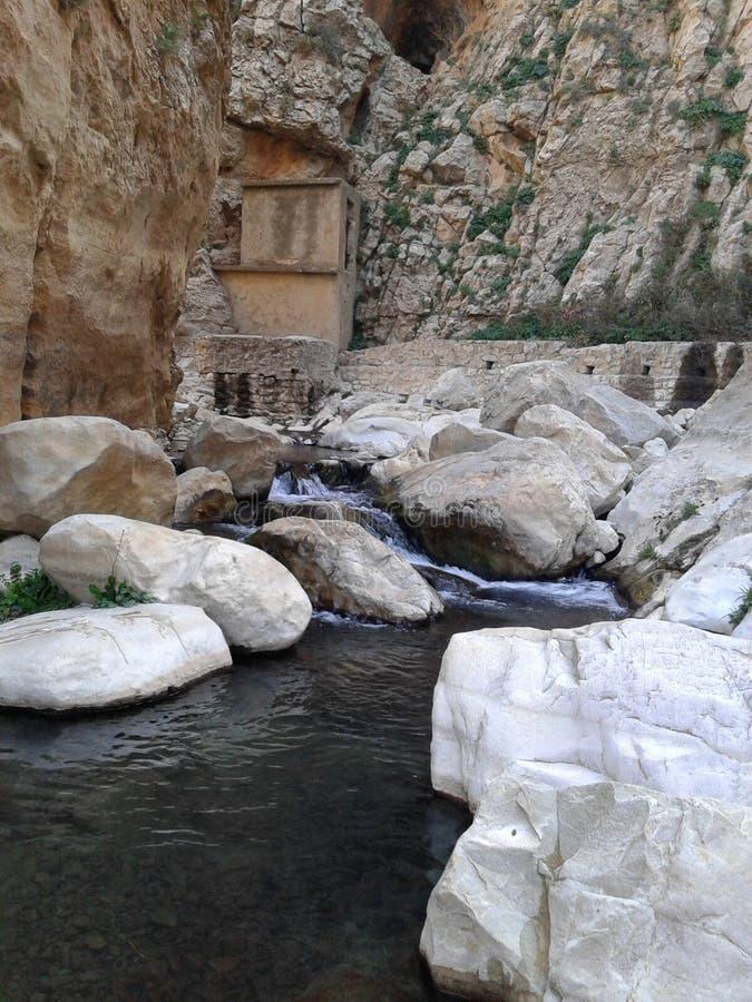 Uma fonte de água e das rochas brancas imagem de stock