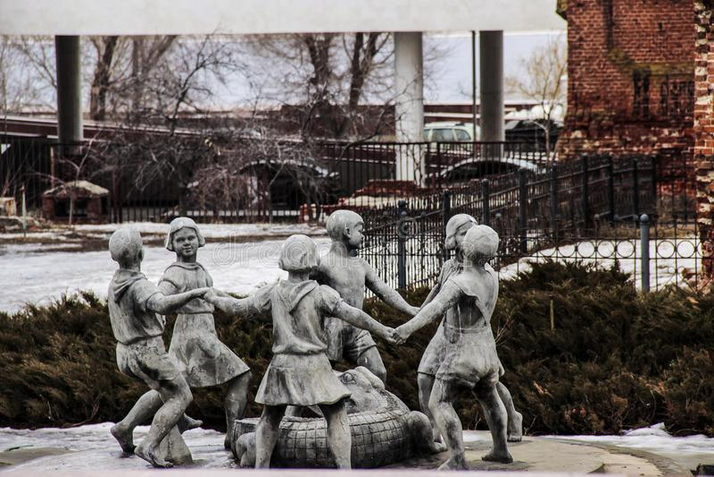 Uma fonte famosa de crianças da dança em Stalingrad foto de stock