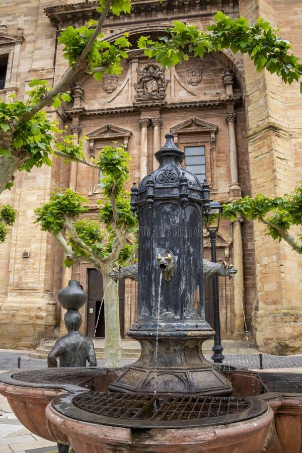Uma fonte na frente da igreja de Santa Maria de la Asuncion em Navarrete, La Rioja, Espanha imagem de stock