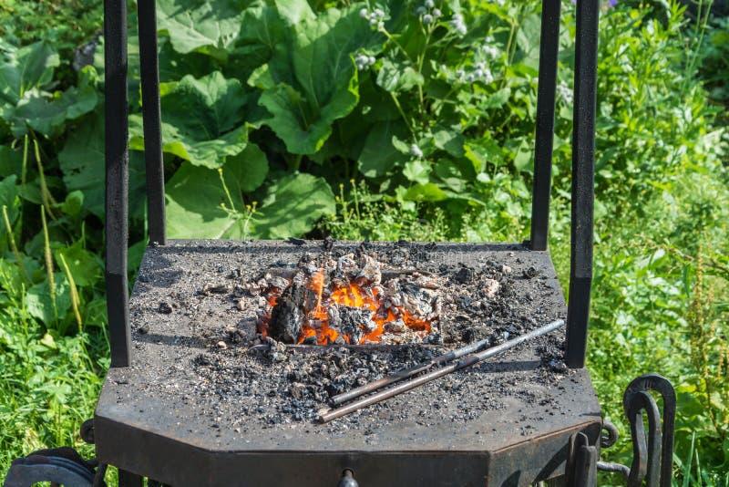 Uma forja pequena com carvões ardentes vermelhos fotografia de stock royalty free