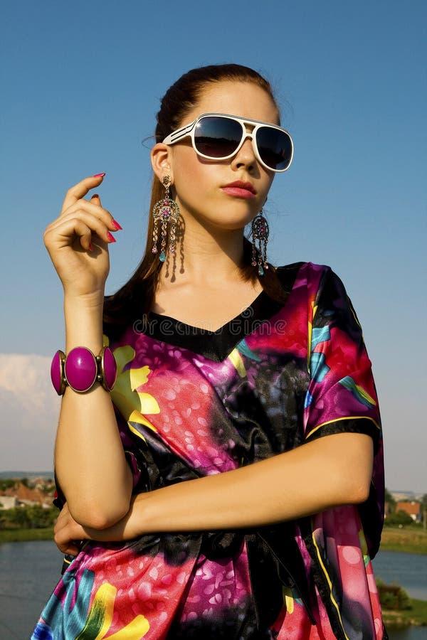 Uma forma da mulher do cabelo bonito, novo, escuro e um retrato da beleza fotografia de stock royalty free