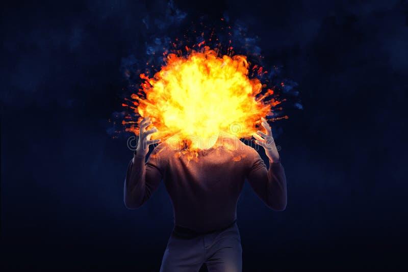 Uma forma escura de um homem irritado com uma cabeça de explosão em um fundo preto fotos de stock royalty free